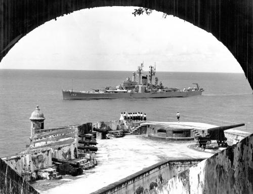 Crucero USS Newport News (CA-148) navegando frente al El Morro (1962)