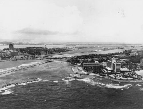 Vista de la playa, puentes y el Hotel Caribe Hilton (1966)