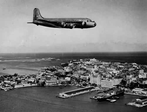 Avión de Eastern Airlines sobrevolando el Viejo San Juan (1949)