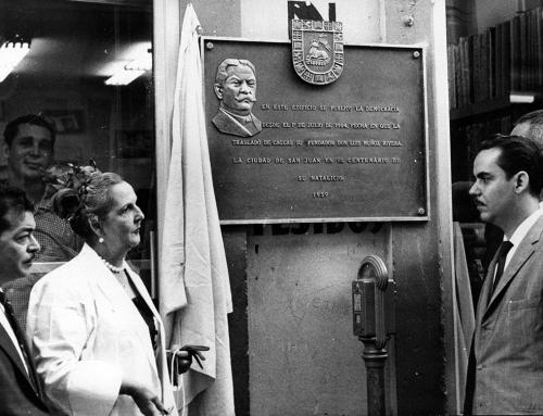 Develación de tarja en el edificio del periódico La Democracia (1959)